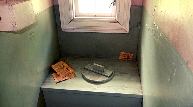 Kako izgleda stari zahod? Brisanje guzice novinama.