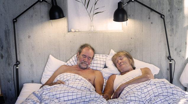 Muž i žena se dosađuju u krevetu