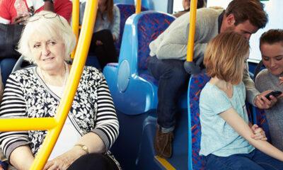 Ustati starijima u tramvaju? Bon ton?