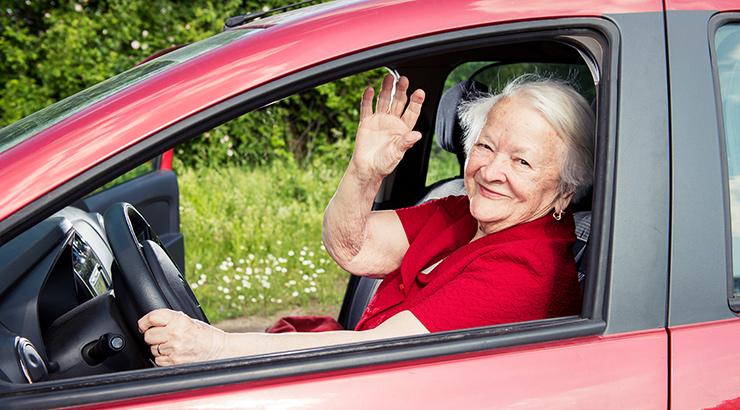 Stariji vozači, baka za volanom, djed za volanom