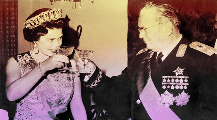 Kraljica Elizabeta II nazdravlja Josipu Brozu Titu tijekom banketa u Belom dvoru 1972. godine